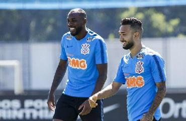 Em treino único antes de viagem, Carille esboça defesa do Corinthians