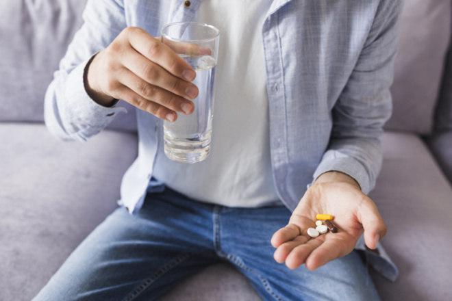 Tomar remédio sem água dá problema? Veja mitos e verdades