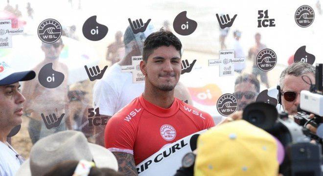 Gabriel Medina bate promessa brasileira e avança em Noronha
